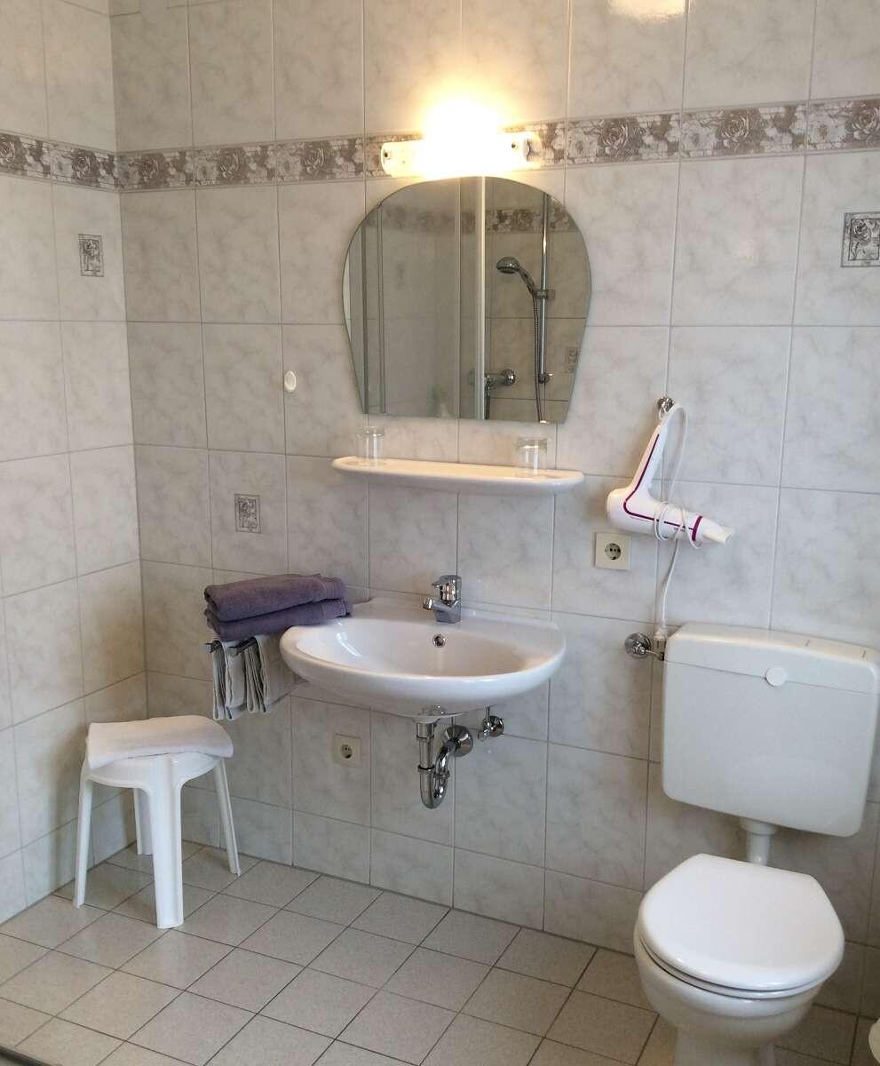 Bad mit Waschbecken und Toilette