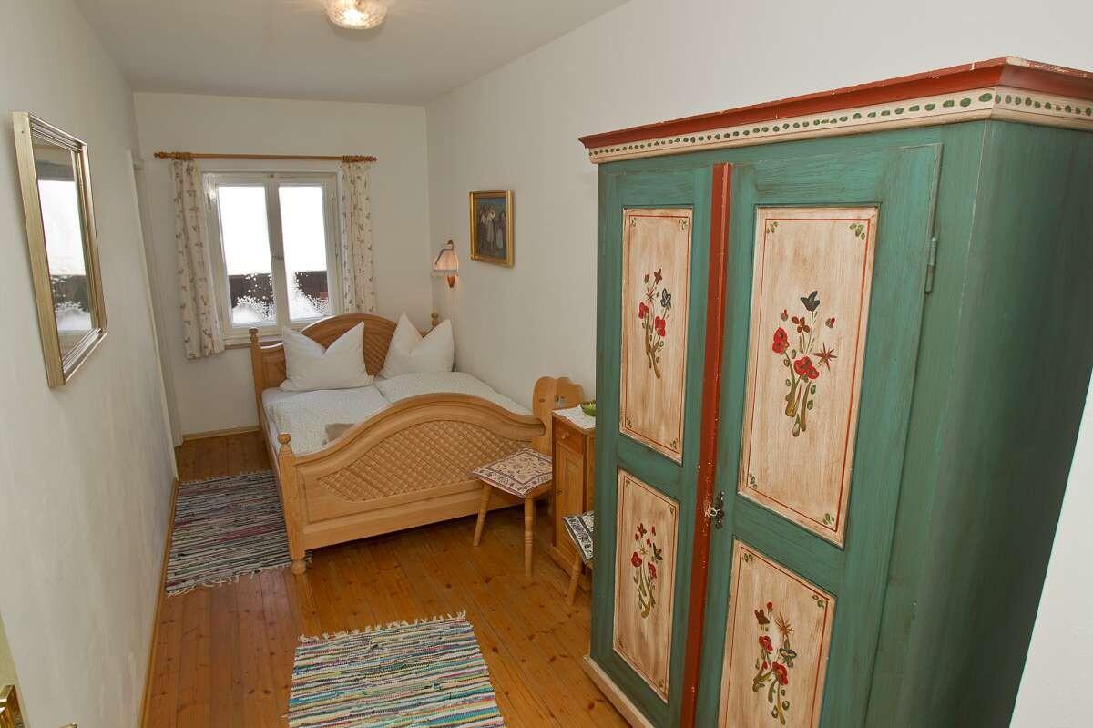 Schlafzimmer mit altbayerischen Möbeln