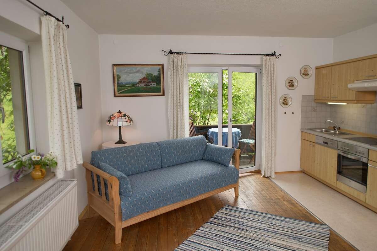Wohnküche mit massivem Holzboden und Einbauküche