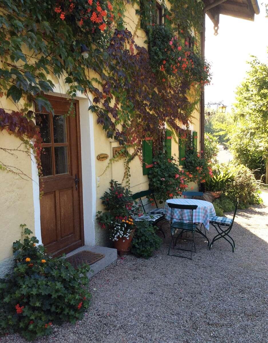 Eingang und Terrasse bayerisches Haus