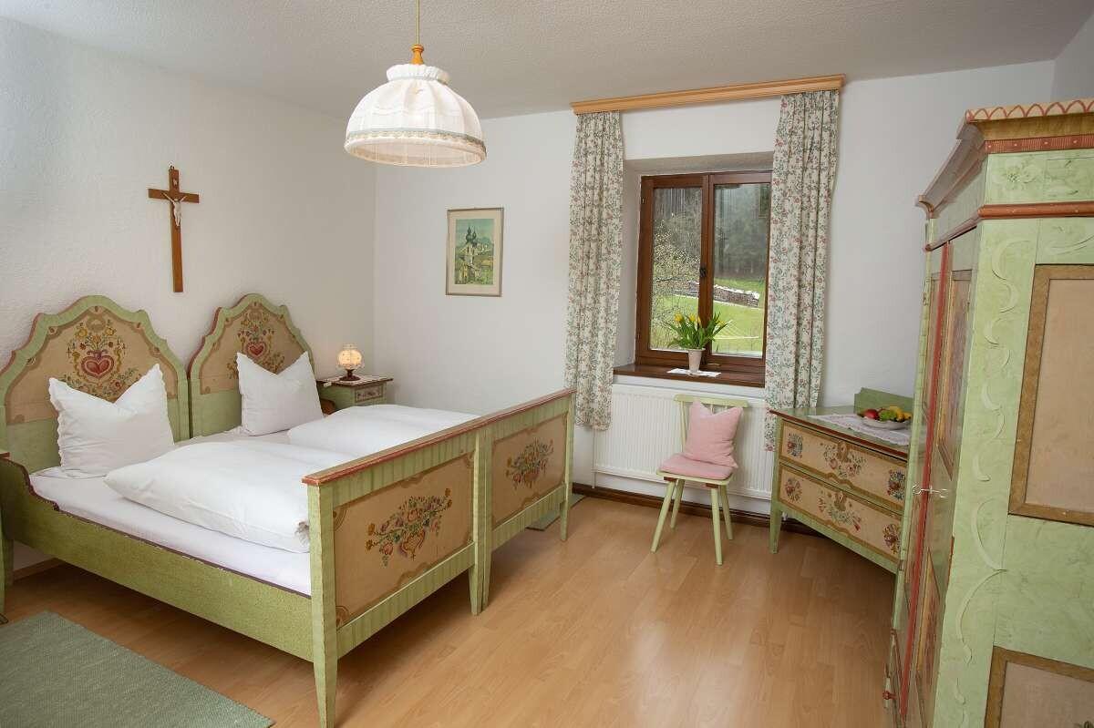 Schlafzimmer mit bemalten Bauernmöbeln